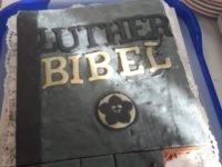 Luther Biblia most marcipánból és piskótából mint születésnapi torta